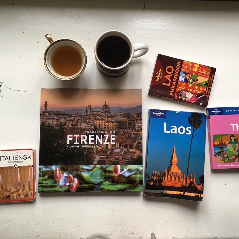 rejsebøger og kaffe